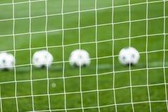 Red del fútbol y balón de fútbol en hierba verde Fotografía de archivo libre de regalías