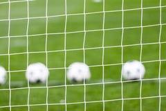 Red del fútbol y balón de fútbol en hierba verde Foto de archivo