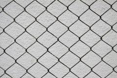 Red del hierro y pared del cemento blanco Imagen de archivo libre de regalías