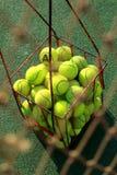 Red del tenis y pelotas de tenis Foto de archivo libre de regalías