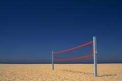 Red del voleibol de la playa bajo un cielo azul Imagen de archivo libre de regalías