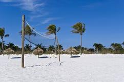 Red del voleibol de la playa con las palmeras y los palapas imagenes de archivo