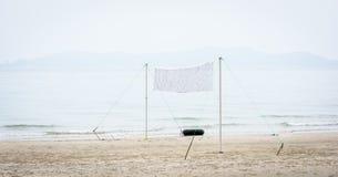 Red del voleibol de playa en la playa imágenes de archivo libres de regalías