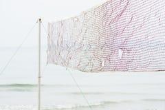 Red del voleibol de playa en la playa imagenes de archivo