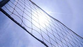 Red del voleibol en la corte de tierra bajo calor del sol Ciérrese encima de tiro Cantidad hermosa en la playa metrajes