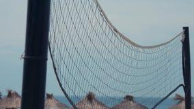 Red del voleibol en la corte de tierra bajo calor del sol Ciérrese encima de tiro Cantidad hermosa en la playa almacen de video
