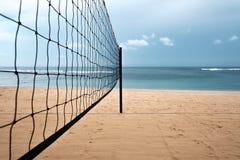 Red del voleibol en la playa de la arena en la isla tropical Imágenes de archivo libres de regalías