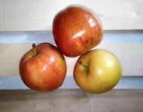 Red delicious maduro hermoso de las manzanas en la tabla imagenes de archivo