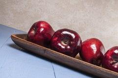 Red delicious, manzanas, tabla de madera azul Imagen de archivo libre de regalías