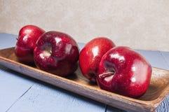 Red delicious, manzanas, tabla de madera azul Foto de archivo libre de regalías