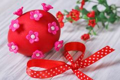 Red easter egg decorated with pink flowers with bow Stock Photography