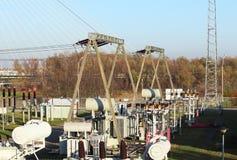 Red eléctrica de alto voltaje de la subestación del transformador Energía industrial Estructuras del metal en el abierto Aislador fotografía de archivo