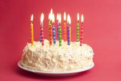 red för bakgrundsfödelsedagcake Arkivfoto