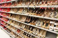 red för ben för olika häl för fot för bakgrundscloseupen shoes hög isolerad gymnastikskosportar två slitage vita kvinnakvinnor Royaltyfri Bild