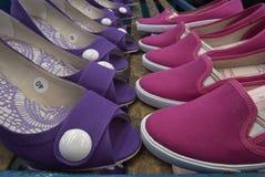 red för ben för olika häl för fot för bakgrundscloseupen shoes hög isolerad gymnastikskosportar två slitage vita kvinnakvinnor Arkivbild
