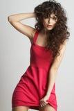 red för brunettklänningflicka royaltyfri fotografi