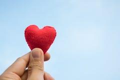 red för handhjärtaholding Arkivbild