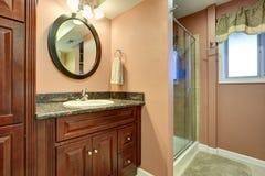 red för hus för stolsdörringång inre modern Badrum med duschen och kabinett med spegeln royaltyfri fotografi