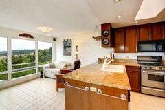 red för hus för stolsdörringång inre modern Kökområde med glasväggvardagsrum Arkivbilder