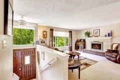 red för hus för stolsdörringång inre modern Lyxig vardagsrum med trappa att hänrycka hallwa Royaltyfri Foto