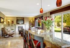 red för hus för stolsdörringång inre modern Sikt av vardagsrum och äta middagområde Royaltyfria Foton