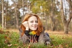 red för stående för park för höstflicka haired Royaltyfria Foton