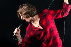 Red Flannel Shirt modelo que canta fotografía de archivo libre de regalías
