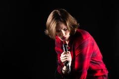 Red Flannel Shirt modelo que canta abajo imagenes de archivo