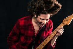 Red Flannel Shirt modelo que oscila la boca hacia fuera gritadora abierta foto de archivo