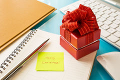 Red gift box and sticky note with Merry Christmas message Royalty Free Stock Images