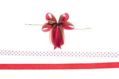 Red&Gold band och pilbåge som isoleras på vit bakgrund Royaltyfria Bilder