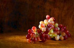 Red grape on a wooden tray Royalty Free Stock Photos