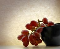 Red Grapes black bowl Royalty Free Stock Photography