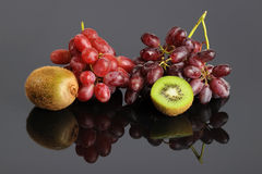 Red Grapes and Kiwi Royalty Free Stock Photography