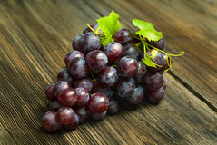 Red grapes with leaves Royalty Free Stock Images
