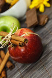Red and green apple and cinnamon sticks Royalty Free Stock Images