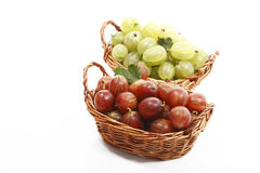 Red and green gooseberries in baskets Royalty Free Stock Photos
