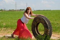 Red-haired девушка свертывает колесо стоковая фотография rf