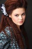 Red-haired девушка с калиброванными волосами стоковые фотографии rf