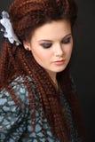 Red-haired девушка с калиброванными волосами стоковое фото rf