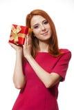 Red-haired девушка с присутствующей коробкой. стоковые фотографии rf