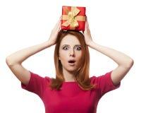 Red-haired девушка с присутствующей коробкой. стоковые изображения rf