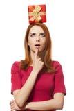 Red-haired девушка с присутствующей коробкой. стоковая фотография rf