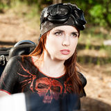 Red-haired девушка велосипедиста стоковая фотография
