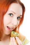 Red-haired женщина с кивиом в руках стоковое фото rf