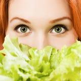 Red-haired женщина с салатом стоковые фотографии rf
