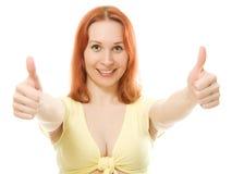 Red-haired молодая женщина давая 2 большого пальца руки вверх Стоковое Изображение RF