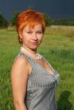 Red-haired Frau im Kleid lizenzfreie stockfotos