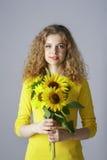 Red-haired Frau mit Sonnenblumen Lizenzfreie Stockbilder