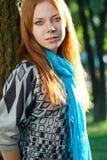Red-haired Frau nahe Baum Stockbild